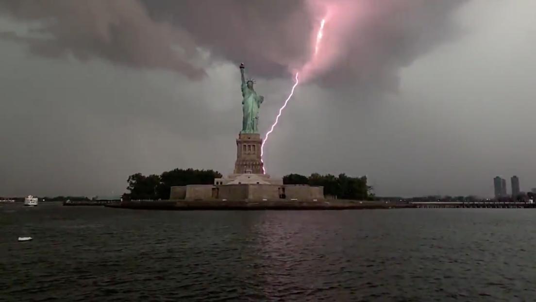 Video | El instante en que un rayo impacta varias veces en la Estatua de la Libertad