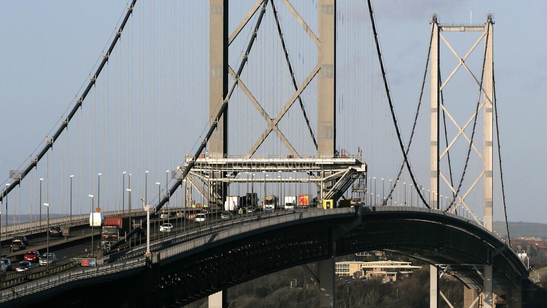 Video | Joven escala un puente de más de 150 metros de alto para tomarse una selfi y termina arrestado