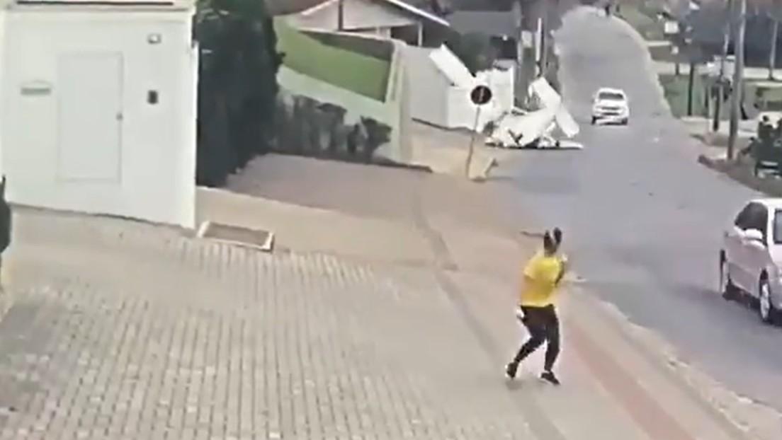 Video | Momento en que una avioneta se desploma en una transitada calle de Brasil