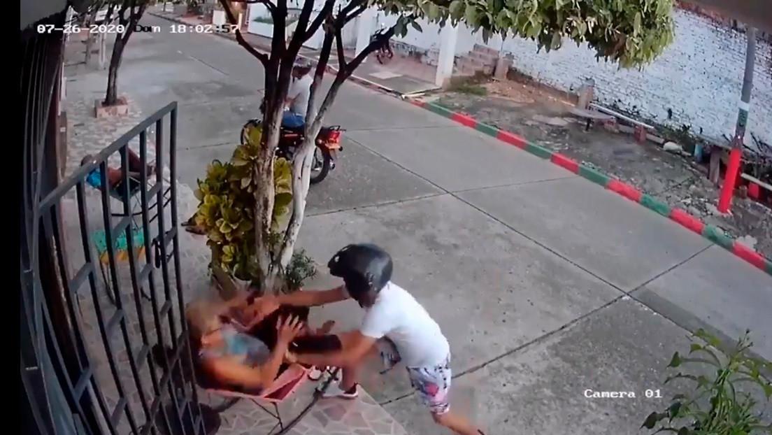 Video   Una mujer espanta a golpes a dos ladrones en moto que la abordaron para robarle el celular en Colombia
