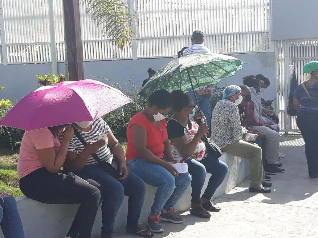 Video | Decenas de personas hacen largas filas en Hospital Moscoso Puello para prueba de Covid-19