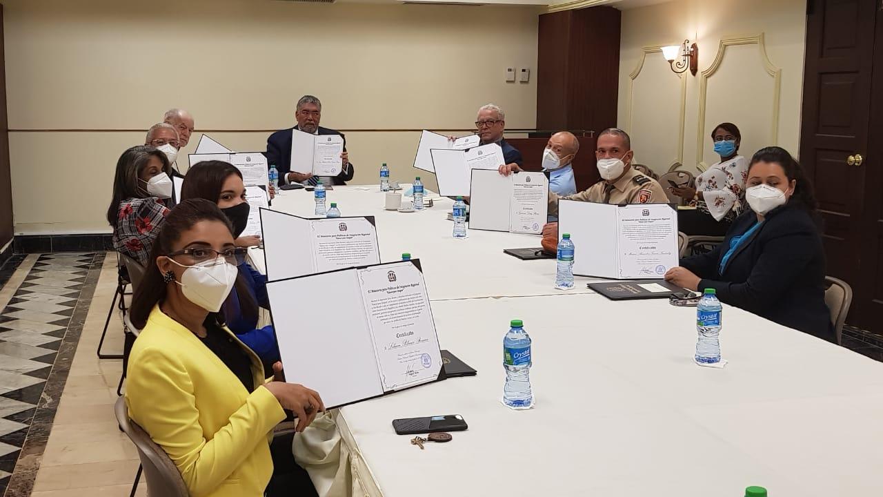 Ministro de Políticas para la Integración Regional entrega certificados a colaboradores; resalta logros