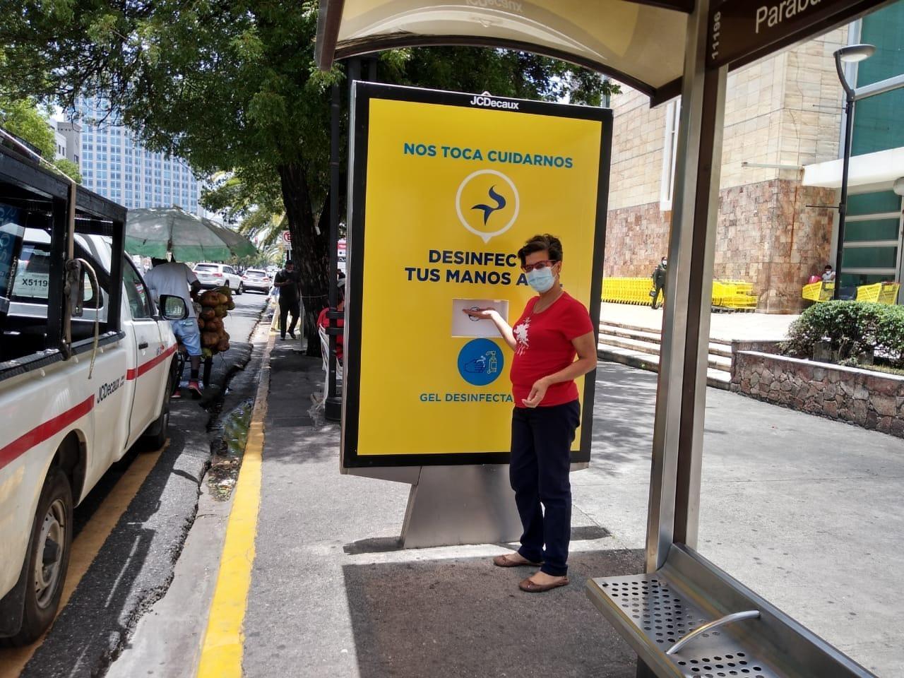 Sirena coloca dispensadores de gel desinfectante en las paradas de autobuses de Santo Domingo