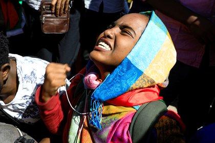 Tras más de 30 años de ley islámica estricta, Sudán prohibió la mutilación genital femenina y permitió la libre circulación de las mujeres