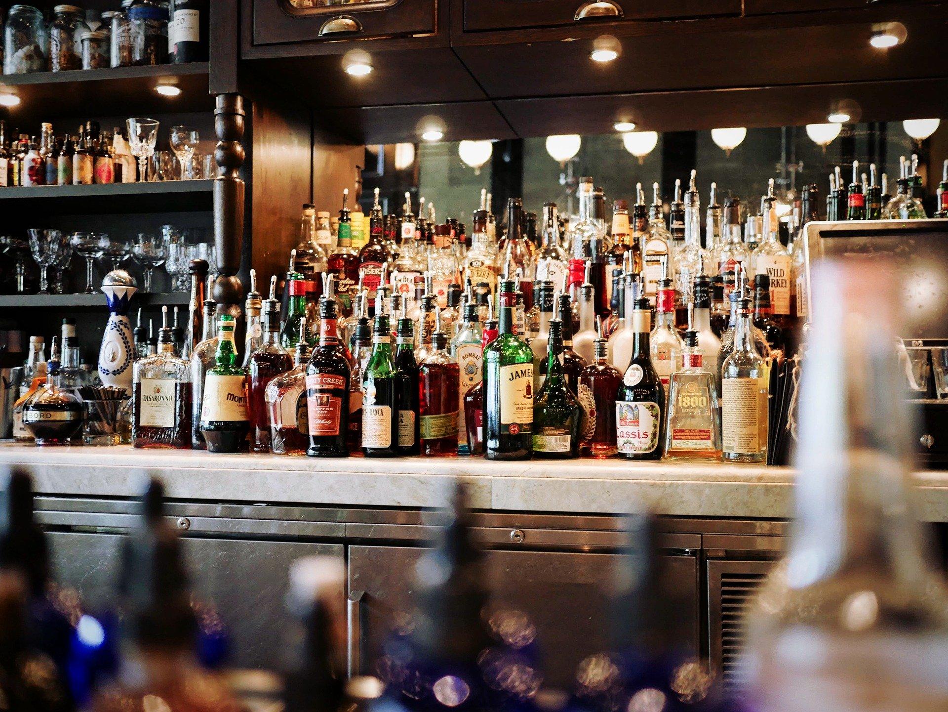 Bares, colmados y tiendas de bebidas deberán cerrar a las 8:00 de la noche