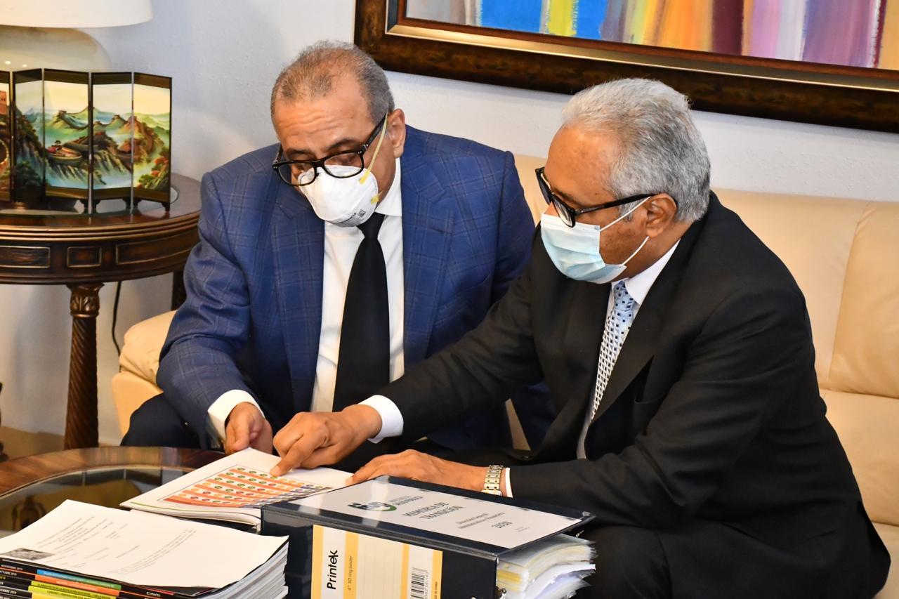 Rafael Sánchez Cárdenas recibe al Dr. Plutarco Arias para el traspaso del Ministerio de Salud Pública