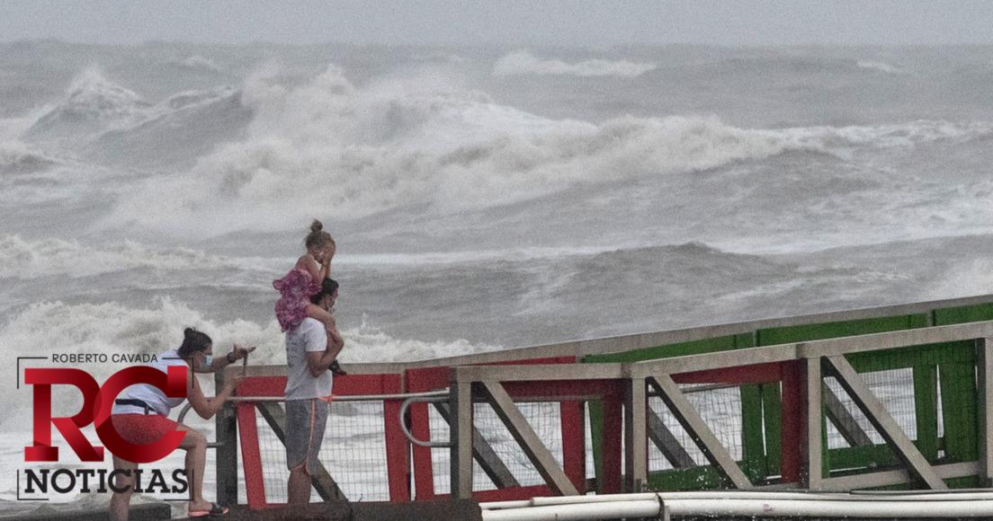 Isaías retoma fuerza de huracán; avanza hacia las Carolinas