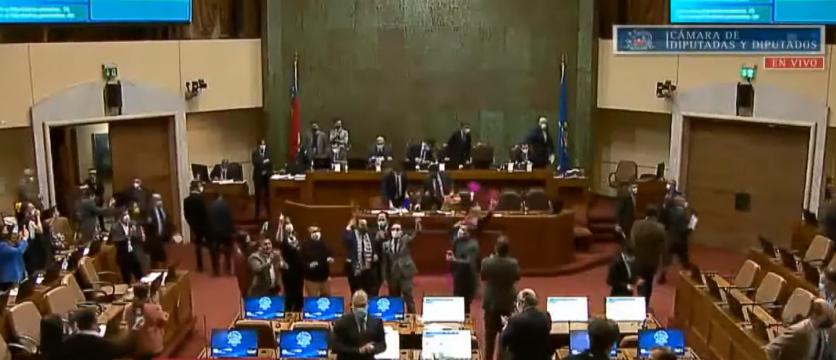 Videos | Una política chilena corre como Naruto en la Cámara de Diputados para celebrar la decisión sobre las pensiones