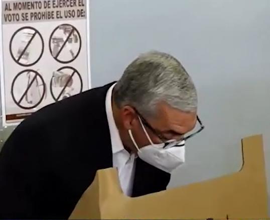 Video | Gonzalo Castillo ejerce su derecho al voto en el colegio Quisqueya