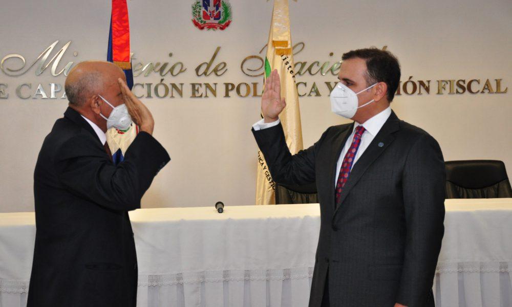 Ministro de Hacienda juramenta nuevo director del CAPGEFI