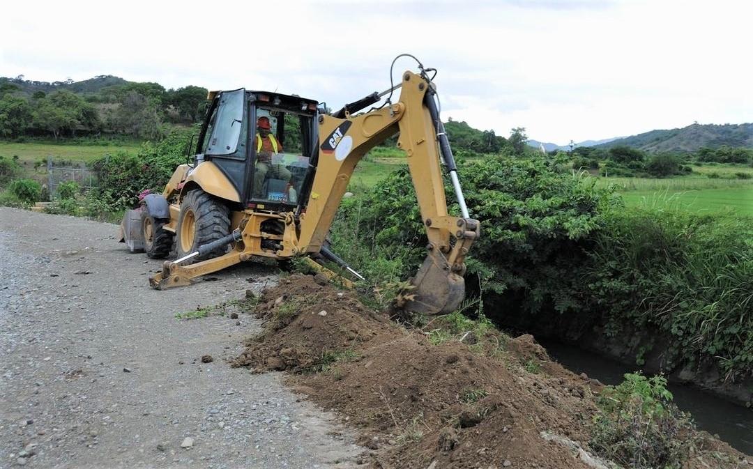 Agricultura envía máquinas pesadas para abrir caminos en zonas agrícolas afectadas