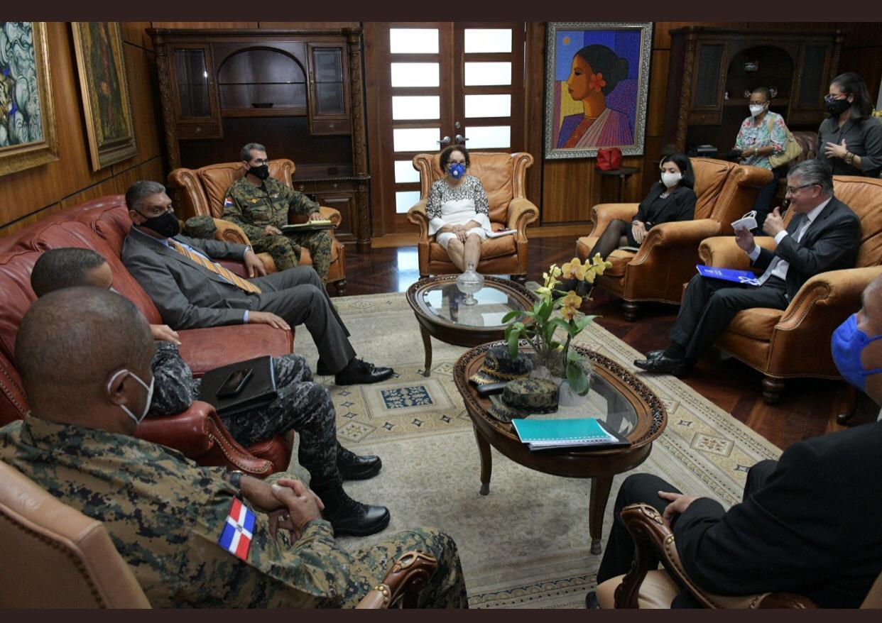 Miriam Germán recibe en su despacho a representantes de organismos de seguridad del Estado