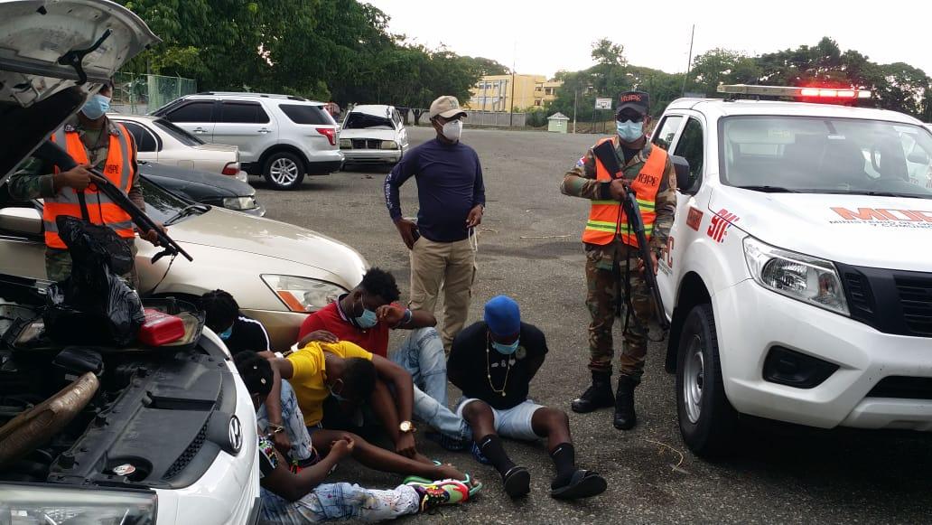 Patrulla del Programa de Asistencia Vial apresa a cinco hombres con un paquete presumiblemente de droga