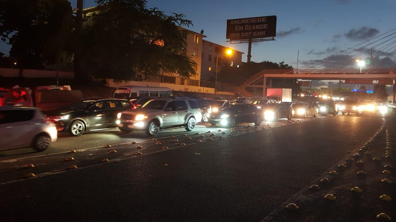 Video | Largas filas de vehículos caracterizan toque de queda en los primeros minutos