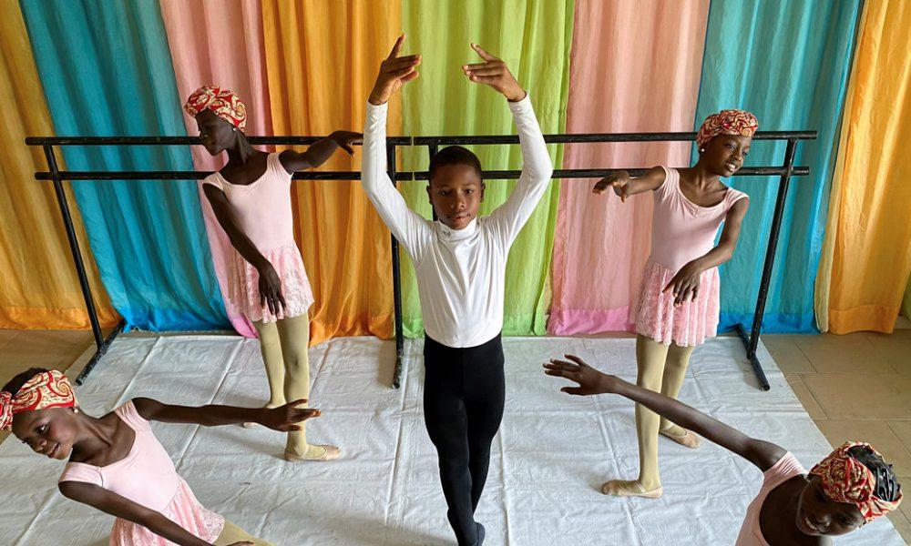 Un nigeriano de 11 años que se volvió viral bailando descalzo bajo la lluvia gana una beca para ser profesional en EE.UU.