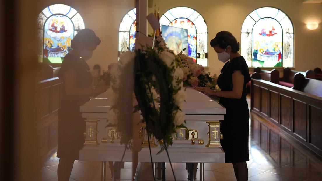 Encuentran durante el funeral de su padre el cuerpo de un desconocido en el ataúd vistiendo su ropa