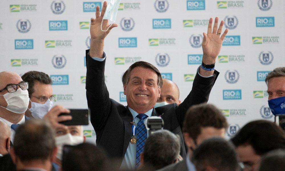Video | Bolsonaro coge en brazos a un enano creyendo que es un niño y la red estalla en burlas