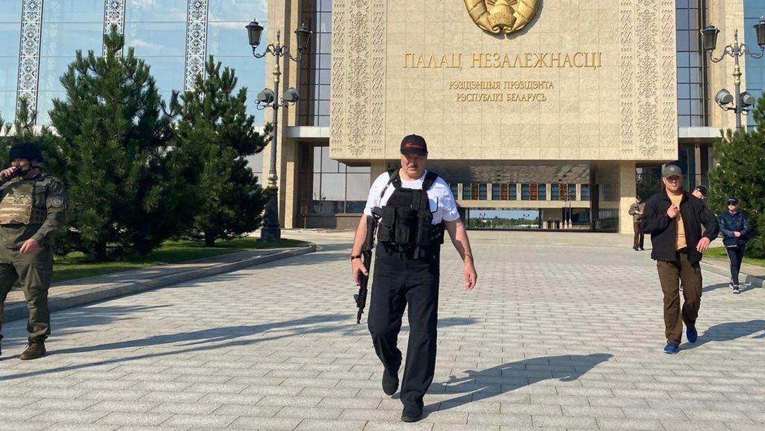 Video | El presidente de Bielorrusia vuelve a aparecer con un fusil en su residencia durante una protesta de la oposición