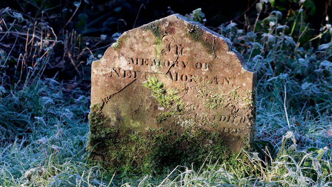 Una pareja encuentra una lápida de casi 300 años en el jardín de su casa