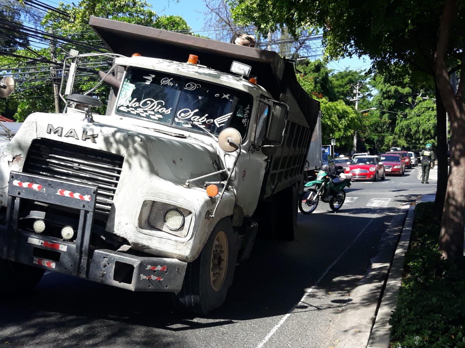 Video | Camión lleno de arena a punto de voltearse en Av. Independencia