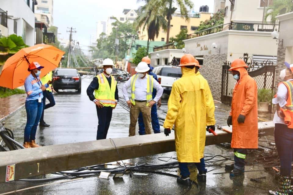 Sector eléctrico trabaja para restablecer servicio a usuarios afectados