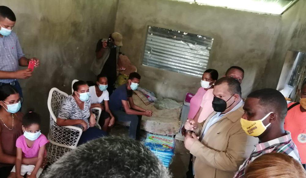Alcalde Carlos Guzmán visita familias afectadas por la tormenta Laura y se compromete a construirles viviendas