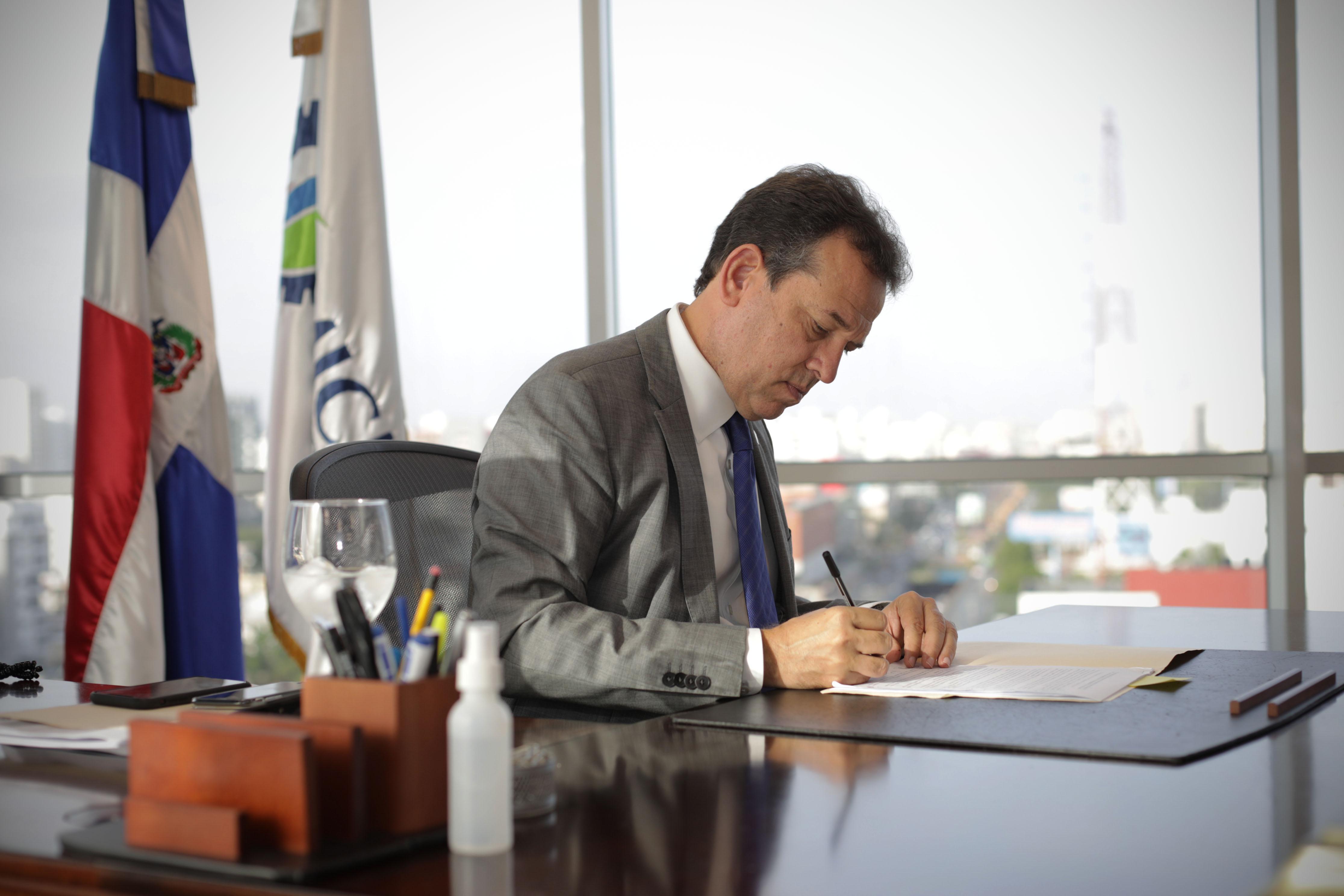 Bisonó firma el compromiso de ética en favor de un gobierno transparente y eficiente
