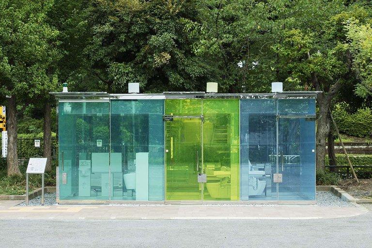 El inesperado éxito de los baños públicos transparentes en Tokio