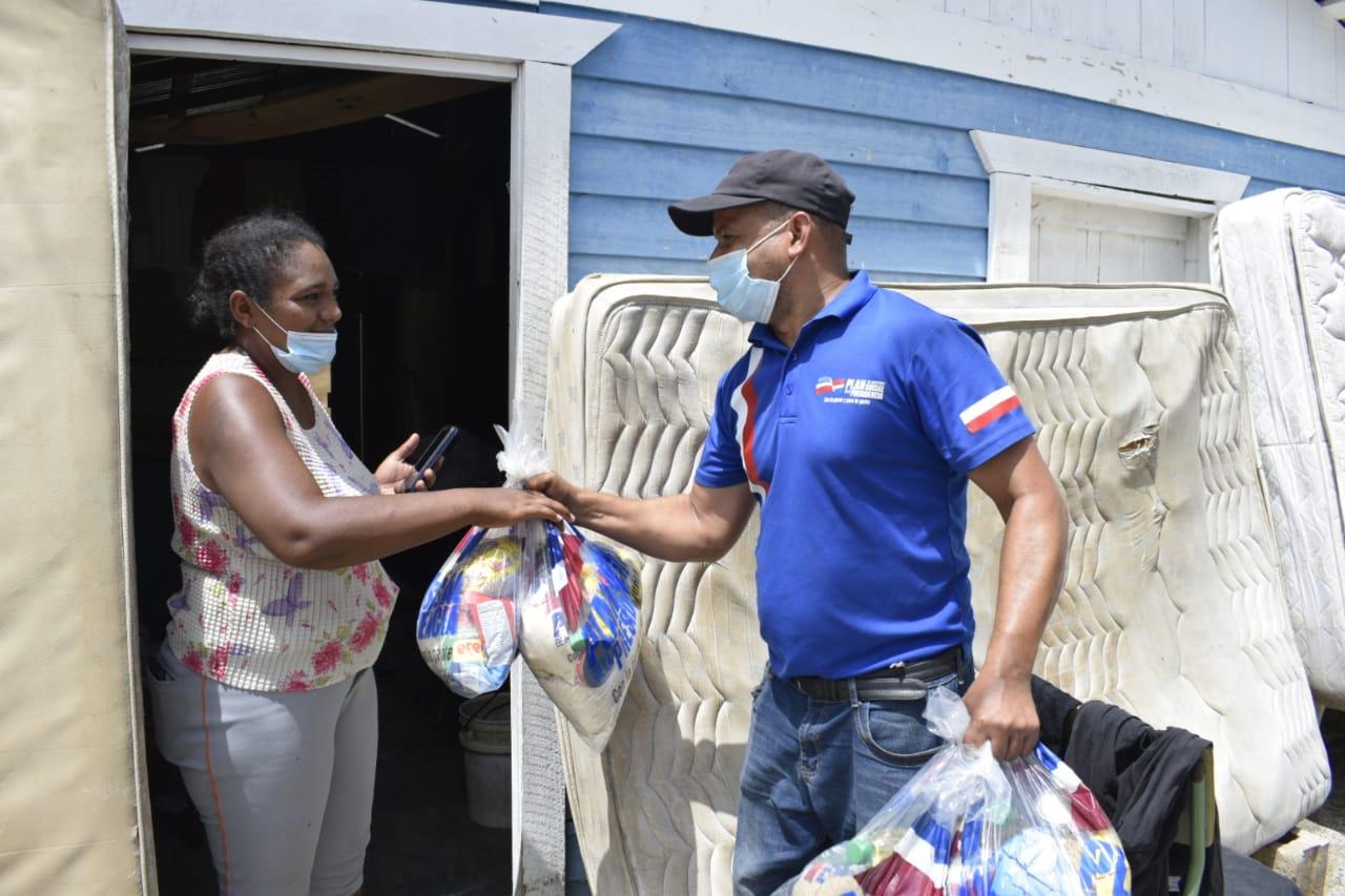 Plan Social asiste a familias afectadas por tormenta Isaías en Hato Mayor