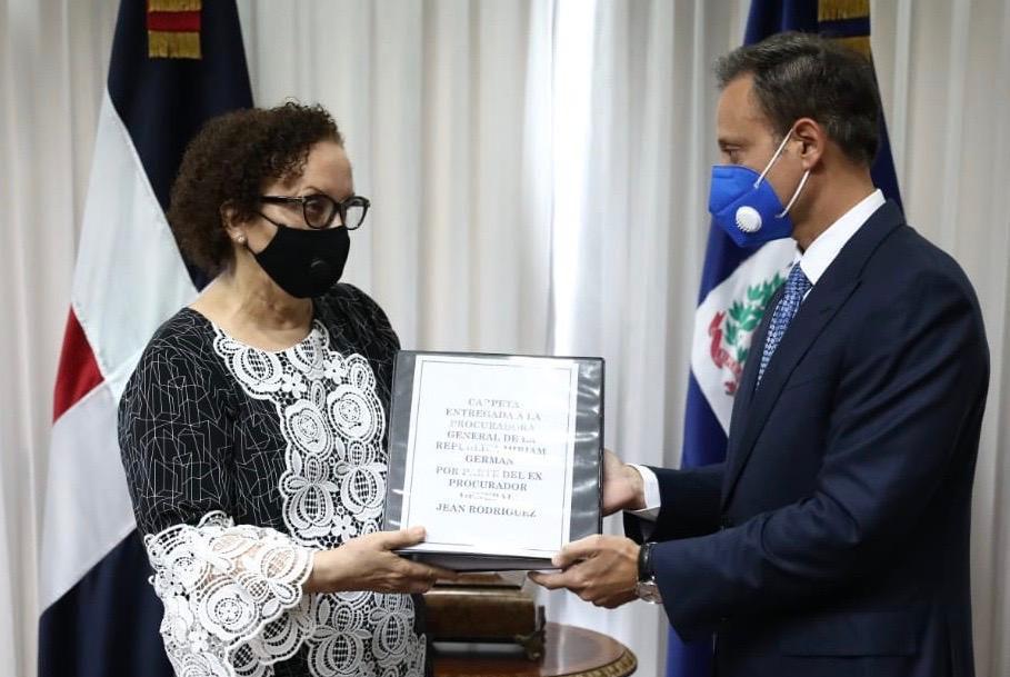 Jean Rodríguez presenta informe a procuradora general Miriam Germán