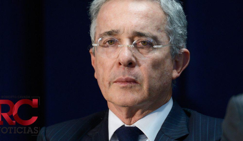 Álvaro Uribe renuncia a su curul en el Senado colombiano en medio de las investigaciones en su contra