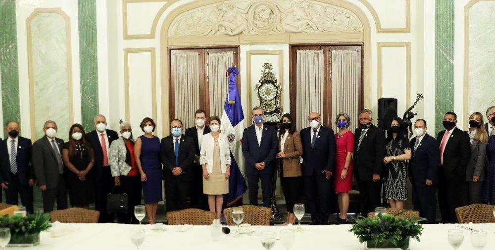 Presidente Abinader sostiene encuentro con destacados periodistas