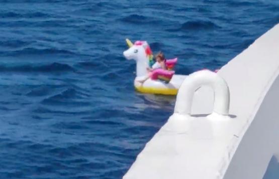 El increíble rescate a una niña que estaba a la deriva en el mar sobre un unicornio inflable