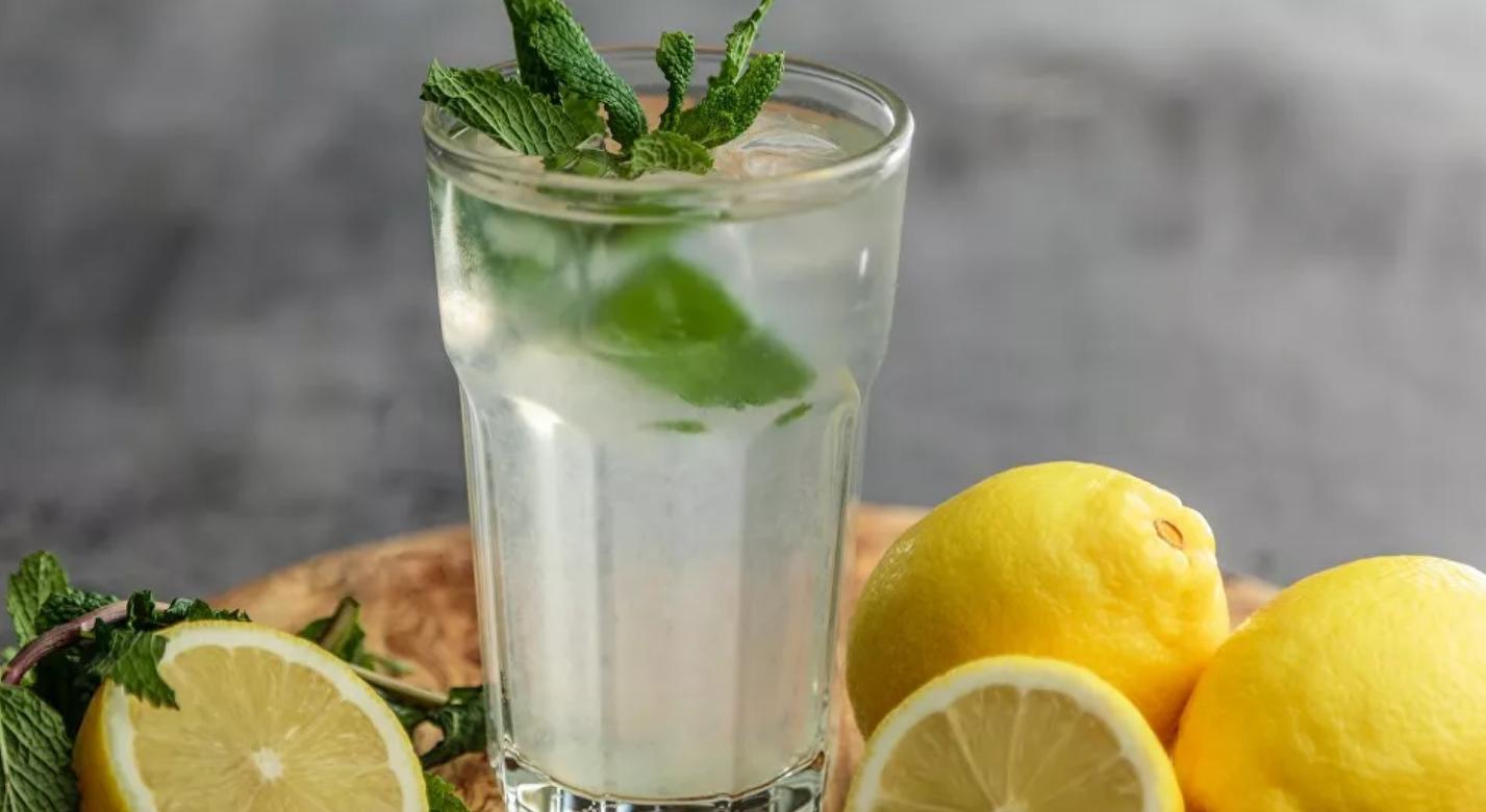 Qué pasa en el organismo si bebes agua caliente con limón