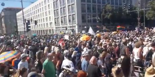 Videos | Detienen a unos 300 manifestantes durante una protesta masiva contra las medidas anticoronavirus en Berlín