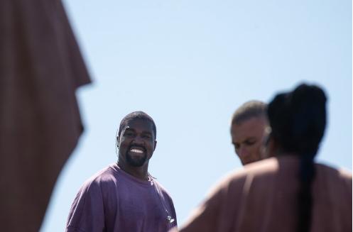 Kanye West como no se había visto en mucho tiempo: sonriente y bailando