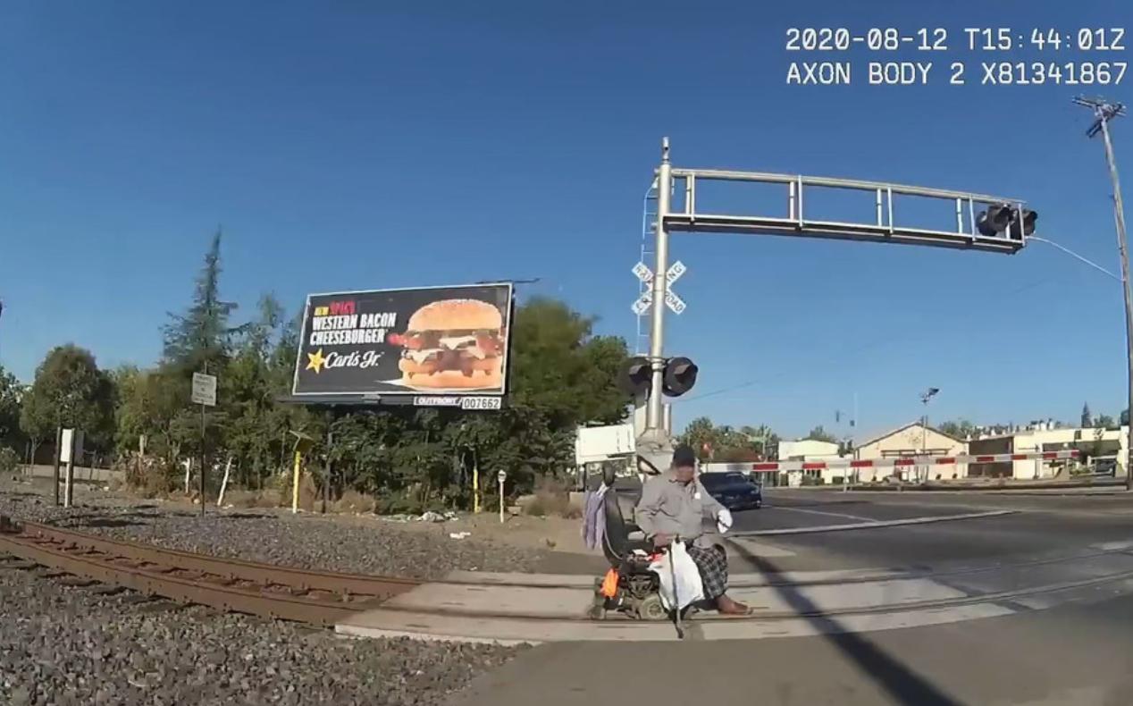 Video | Una policía salva a un hombre en silla de ruedas atascado en las vías segundos antes de que pase un tren
