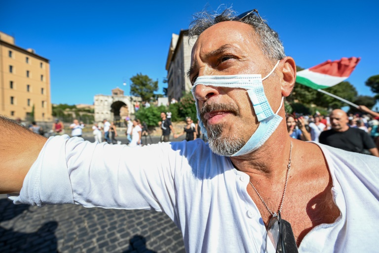 Un millar de personas se manifiestan en Roma contra las mascarillas y las vacunas