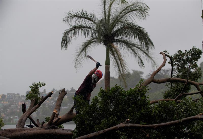 Tres ondas tropicales amenazan el Atlántico mientras Omar baja a remanente