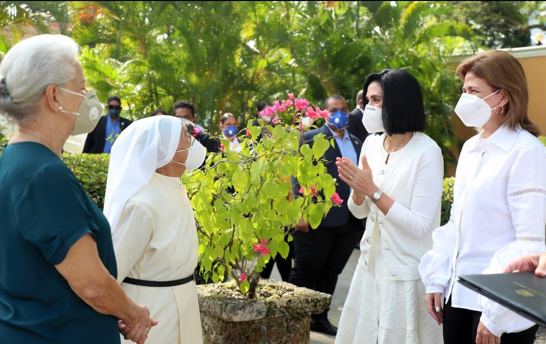 Raquel Peña realiza donativo al Hospicio San Vicente de Paúl en Santiago