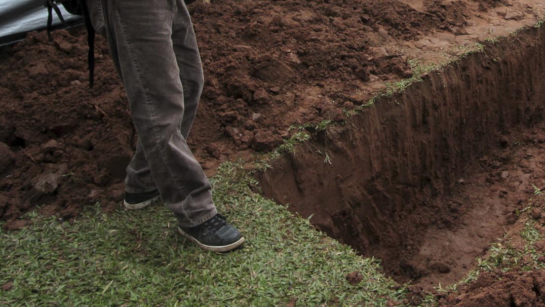 Exhuman tumbas y roban huesos de familiares de un funcionario para sobornarlo, pero el plan sale mal