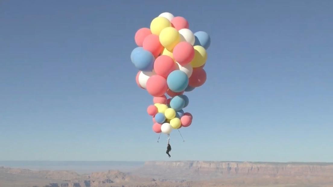 Video | David Blaine asciende a 7.600 metros de altura colgado de 52 globos de helio
