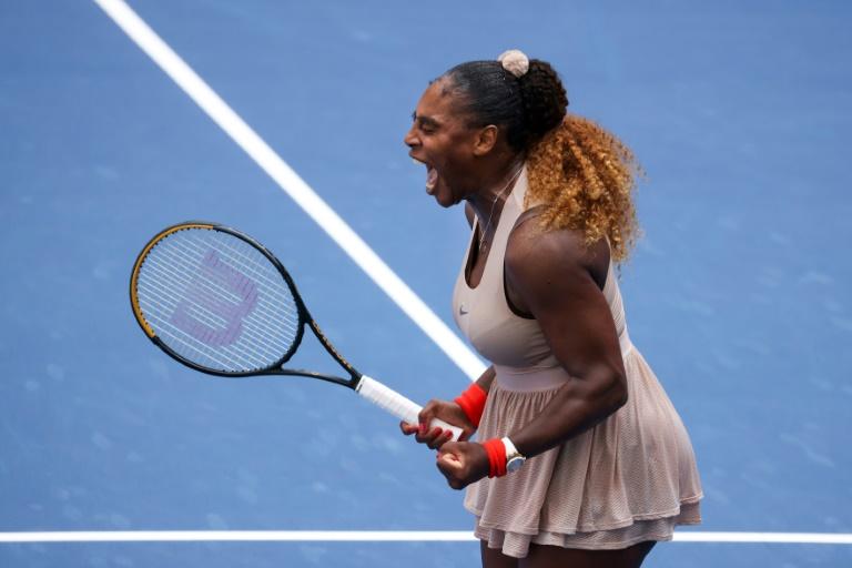 Serena Williams avanza a cuartos del Abierto tras batalla con Sakkari