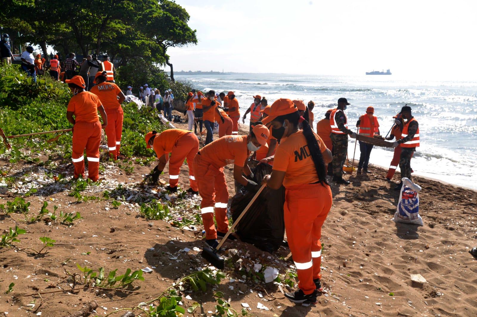 Más de 400 empleados y brigadas del MOPC participan en jornada de limpieza de playas