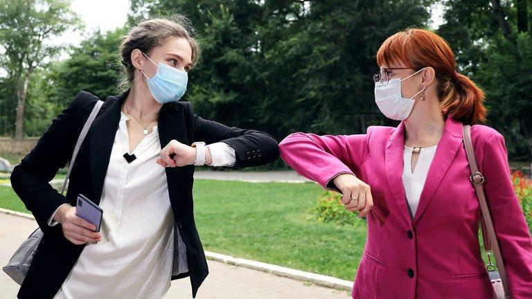Ni besos ni abrazos, pero tampoco choque de codos o puños: cómo saludarse correctamente para protegerse del coronavirus