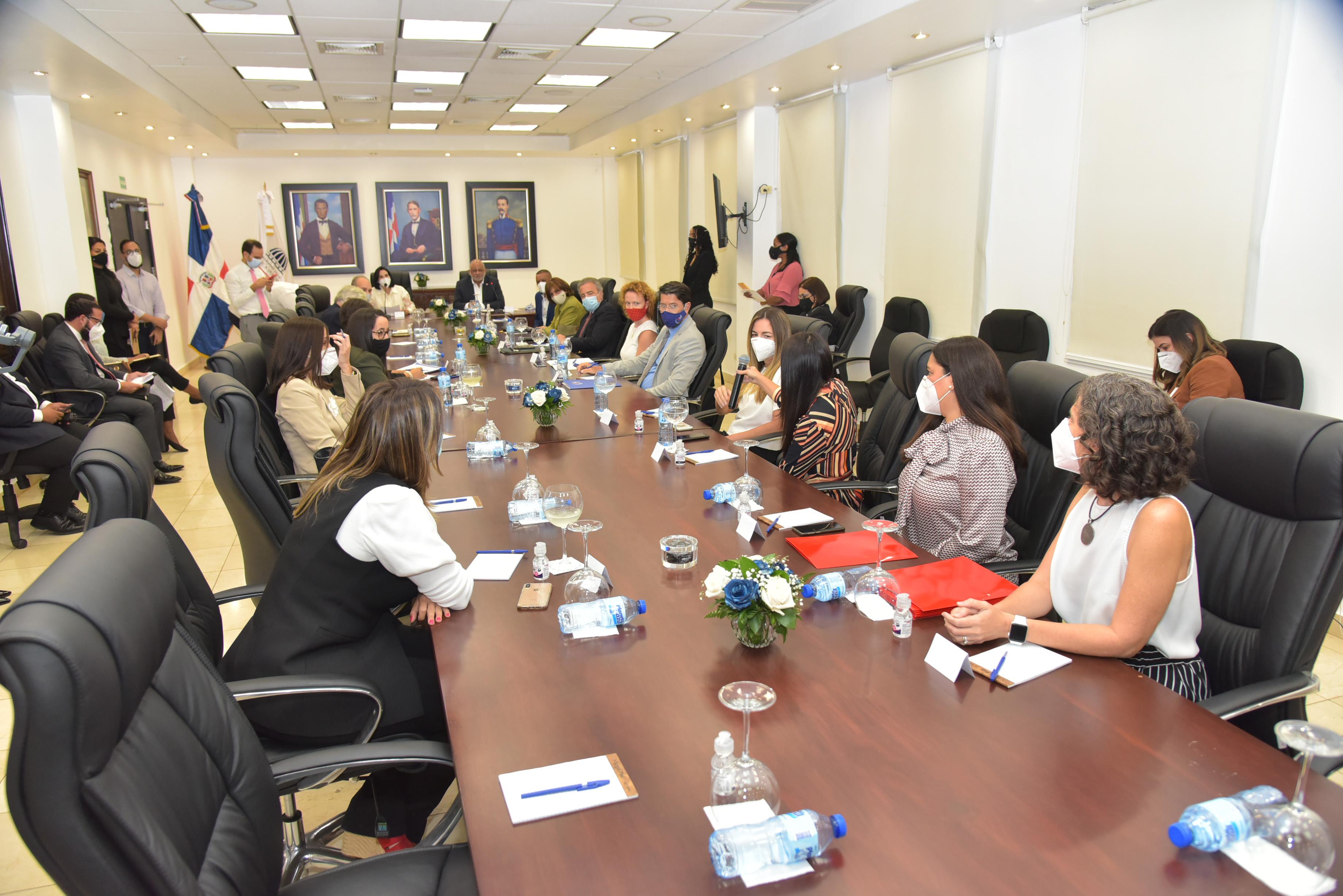 Titular Minerd y primera dama reciben instituciones de educación inicial