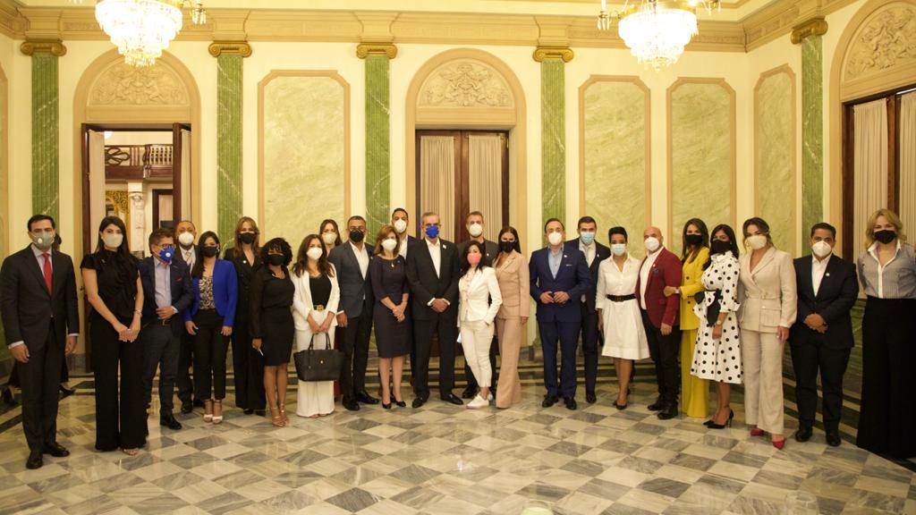 Presidente Luis Abinader se reúne con comunicadores en otro de sus encuentros con sectores de la sociedad