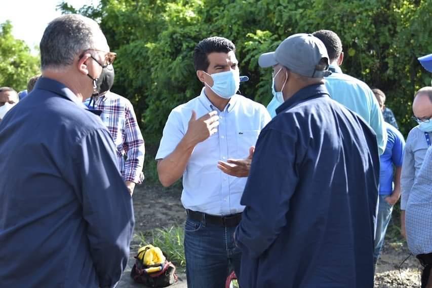 Wellington Arnaud supervisa sistemas de agua potable y alcantarillado en El Seibo