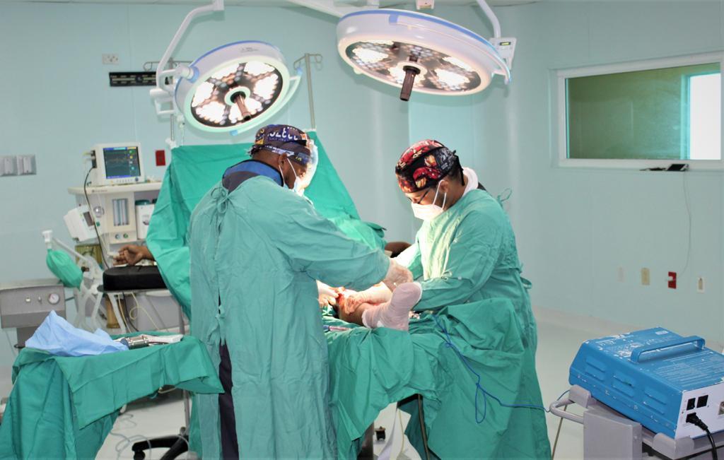 Director hospital Ney Arias realiza junto a especialistas diversos procedimientos quirúrgicos