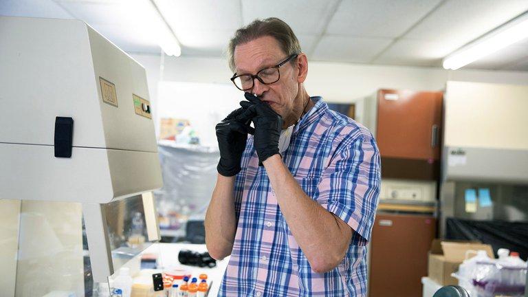 Estos científicos se están aplicando vacunas de fabricación casera contra el coronavirus